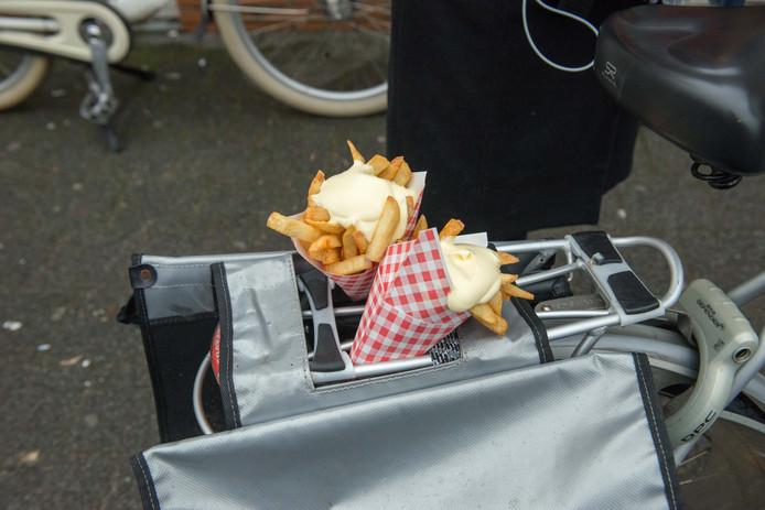 Vlaamse friet op een Nederlandse fiets. In dit geval werd de friet gratis weggegeven.