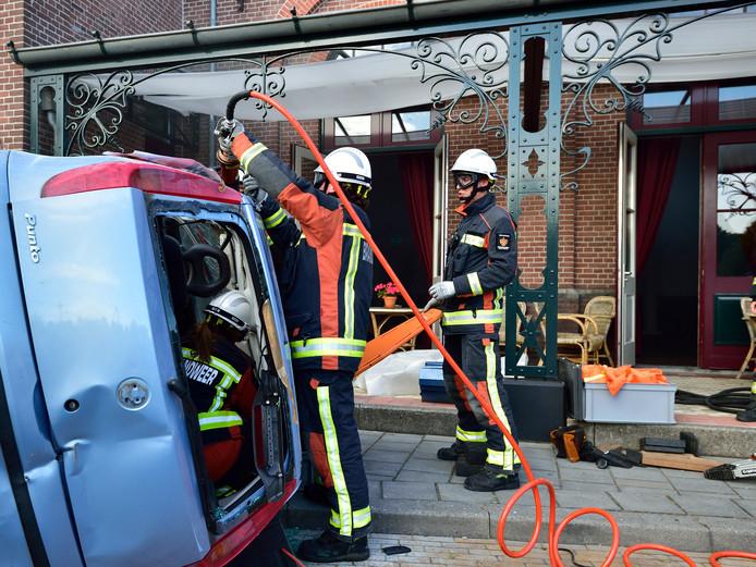 De Haastrechtse brandweer oefent. Zes vrijwilligers zijn zaterdagavond voor hun jarenlange inzet beloond met een lintje.