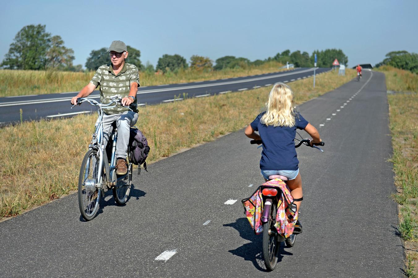 Op steeds meer plekken in Nederland ontstaan snelle routes tussen steden, waar onder meer fietsende forenzen gebruik van maken.