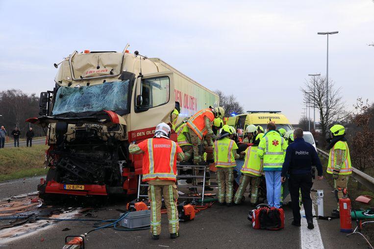 De brandweer moest de zwaargewonde chauffeur uit het wrak bevrijden.