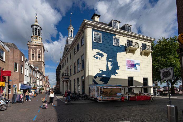 De loempiakraam van Tran staat de komende jaren tegen de gevel van het Stedelijk Museum in Kampen, in plaats van op de Oudestraat voor de Plantage.