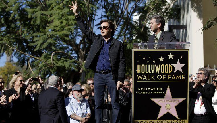 Paul McCartney met de voorzitter van de Kamer van Koophandel in Hollywood. Beeld ap