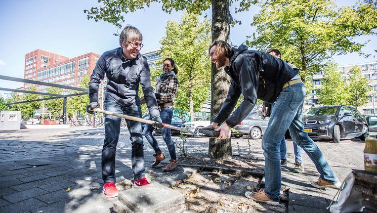 Bewoners verwijderen straatstenen voor een 'park om de hoek' Beeld Eva Plevier