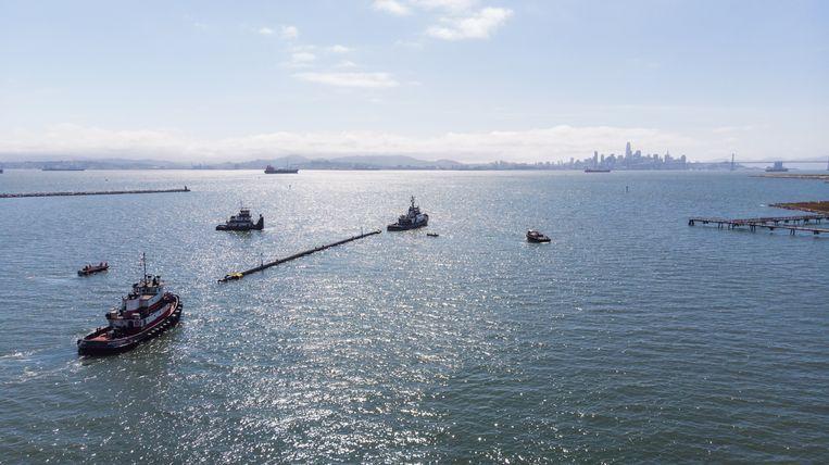 De barrière beweegt zich voort door de wind en golven en vangt zo plastic.