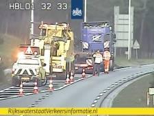 Loodzware vrachtwagen muurvast in berm langs N35 richting Raalte: tunnel bij Nijverdal nog steeds dicht