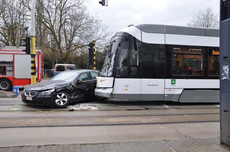 De auto en de tram zijn zwaar beschadigd, de automobilist zwaargewond.