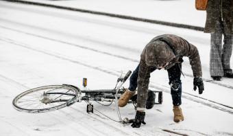 Sneeuw in Nederland: ochtendspits valt mee, vliegveld Rotterdam dicht