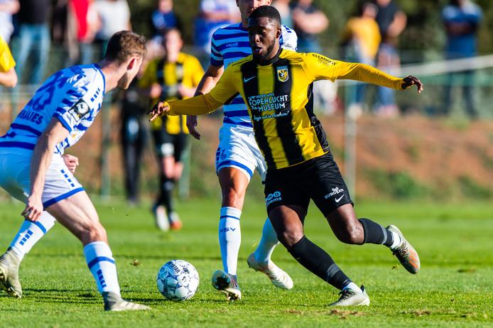 Riechedly Bazoer in het duel met MSV Duisburg.