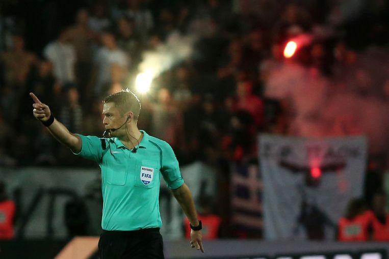 De Finse ref Mattias Gestranius aan het werk tijdens PAOK - AEK Athene.