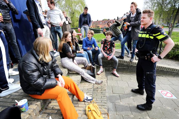 Marijn van Zundert (34) is nu ongeveer een jaar wijkagent in Boeimeer en omgeving. Hier maakt hij een praatje met studenten van het Luzac-college aan de Langendijk.