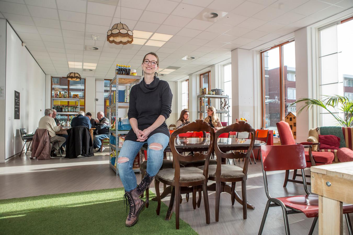 Dorine Ruter in het wijkcentrum, Waterkracht, een plek waar jong en oud van het Waterkwartier samenkomen om lief en leed met elkaar te delen.