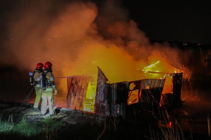 Op dinsdagavond is er even voor 22:00 uur brand ontstaan in een boot langs de waterkant van De Meer op het industrieterrein van Urk. Er viel niets aan het houten bouwwerk te redden.