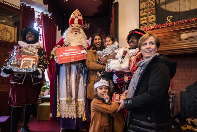 Sinterklaas ontvangt de 350.000ste bezoeker in zijn kasteel in Helmond.