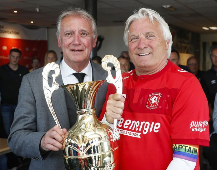 Willy van der Kuijlen (links) overhandigde de prijs aan Twente
