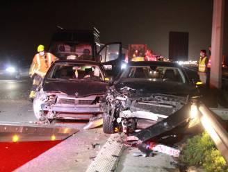 Twee gewonden bij botsing met drie auto's op E403