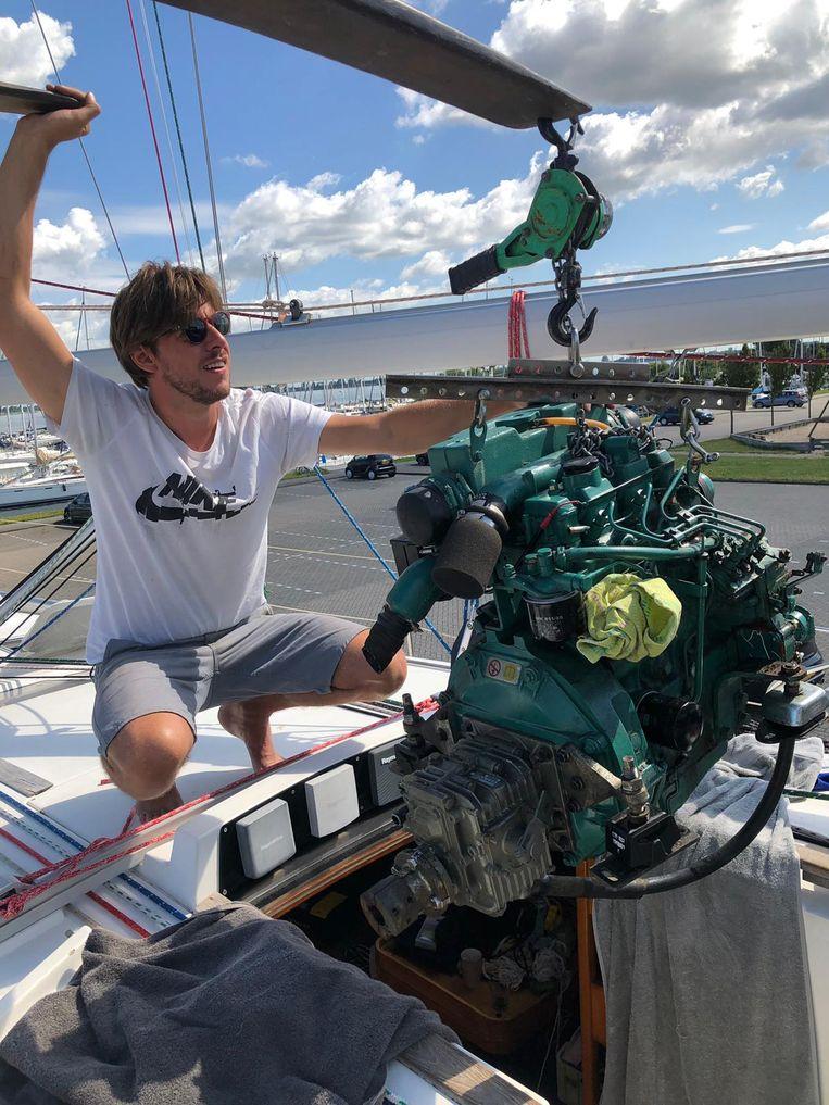 Jurian van Zanten takelt de motor weer naar binnen, nadat er na de schade aan gesleuteld moest worden.  Beeld