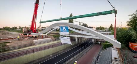 Fietsbrug Auke Vleerstraat verbindt F35 tussen Hengelo en Enschede