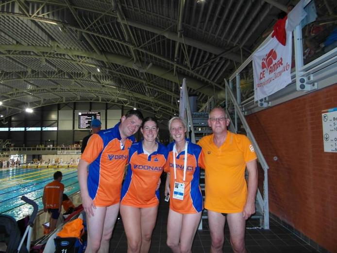 wisselslag estafette team - vlnr René Beens, Margriet Leeffers, Fabiola Bosman en Joop van Dijk.