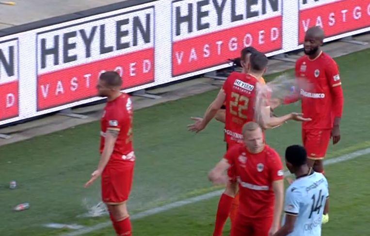De Antwerp-fans gooiden bekertjes op het veld.
