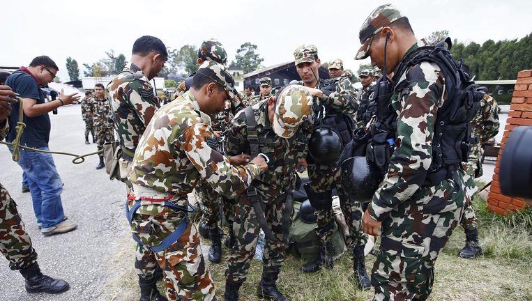 Het Nepalese leger maakt zich gereed voor de zoektocht naar de brokstukken van de Amerikaanse legerhelikopter. Beeld anp
