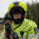 Hoofdagent Jacobsen met een politiepup in opleiding.