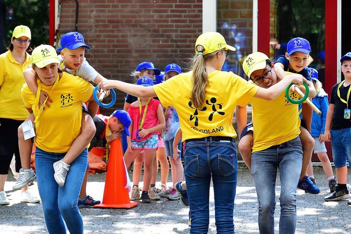 Ringsteken bij de scouting tijdens Jeugdland in Hoogerheide