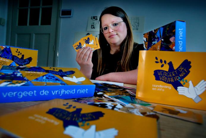Renée van den Kerkhof met prenten uit het memoryspel. ,,Dit past perfect bij herdenken, omdat je inprent wat je ziet.''