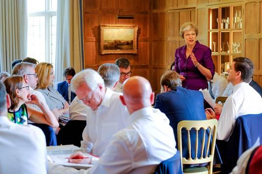 Vorig jaar was het nog een drukte van belang in het buitenverblijf van de premier toen zij daar haar kabinet verzamelde voor beraad over de Brexit. Dit weekeinde probeert Theresa May met een handvol laatste vertrouwelingenlde rebellie in haar regering te overleven.