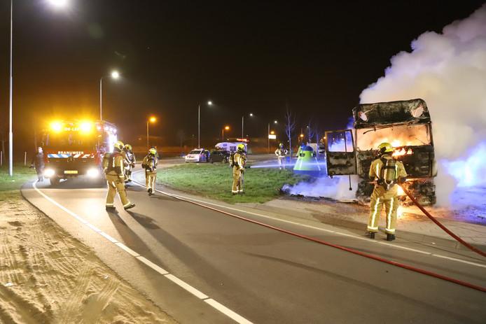 De trekker van een vrachtwagencombinatie is vannacht volledig uitgebrand op de parkeerplaats van tankstation Peulwijk-Oost langs de A4 bij Den Hoorn.