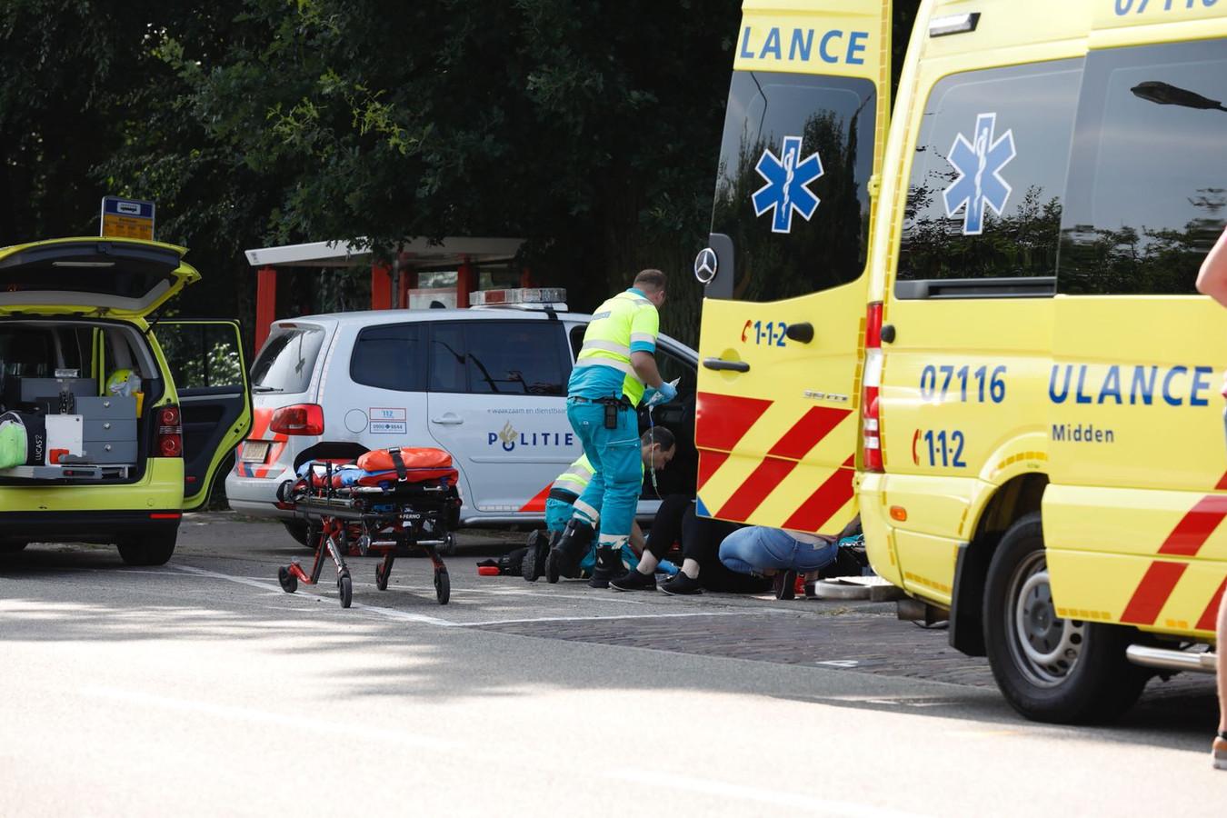 Een zwaargewonde fietsster is per ambulance met spoed overgebracht naar het ziekenhuis.