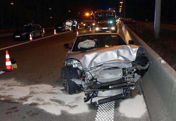 De gloednieuwe Jaguar waarmee Dexters en haar vriend op pad waren, raakte zwaar beschadigd.