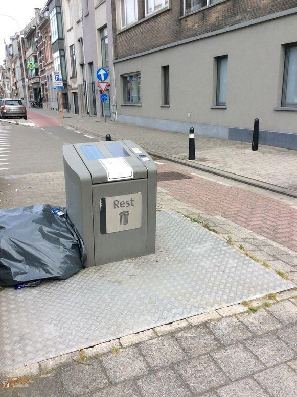 Afvalzakken liggen naast de ondergrondse afvalcontainer op de hoek van de Antwerpsesteenweg met de Zagerijstraat.