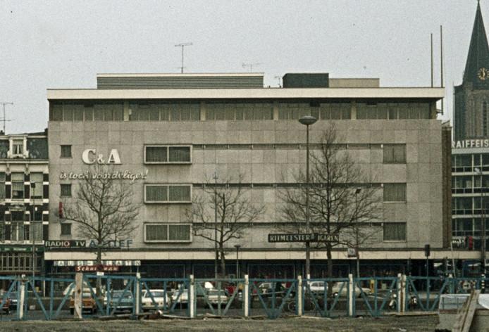 Je ziet het, glasarm was in 1971 de trend in de warenhuisbouw.