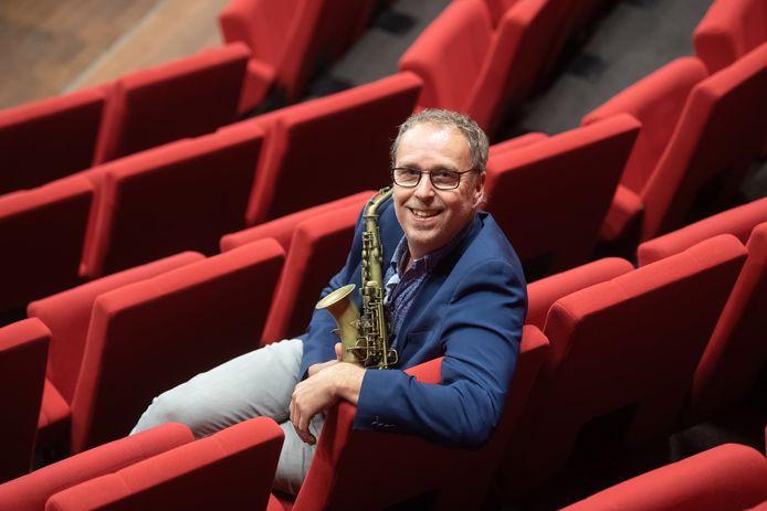 OOSTERHOUT - Antoine Trommelen met saxofoon in Theater de Bussel.