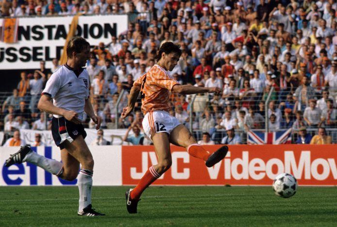 Marco van Basten in actie tegen Engeland op het EK 1988. Oranje won in Düsseldorfmet 3-1.