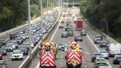 Lange file op E40 door zwaar verkeersongeval: twee rijstroken versperd in Ternat