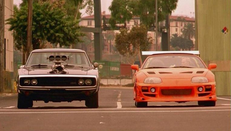 Dodge Charger (links) en Toyota Supra MK4 in The Fast and the Furious. Beeld