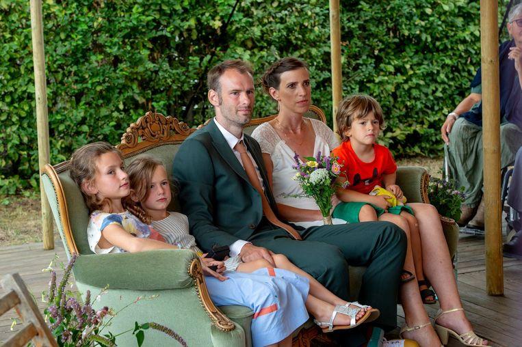 Het koppel met hun kinderen Yuna (9), Mia Louz (6) en Mander (4) in de trouwzetel.