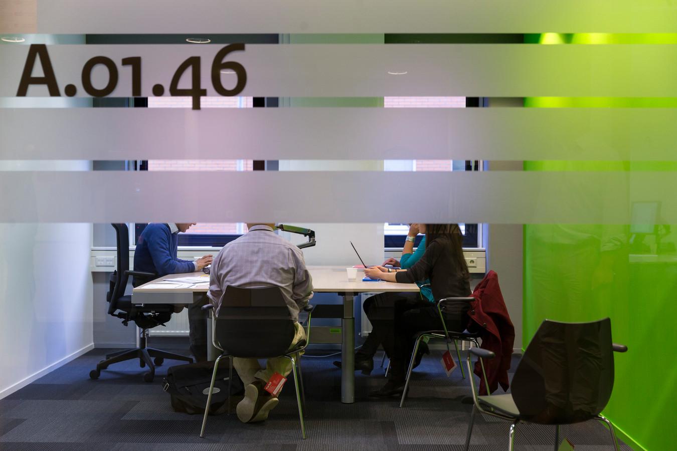 Tientallen hoorkamers kent het aanmeldcentrum van de Immigratie en Naturalisatiedienst (IND) in Den Bosch.
