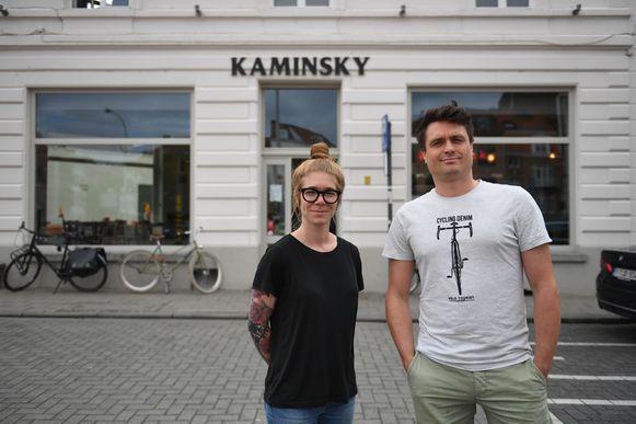 Zaakvoerders Martha Joos en Thomas Vanmarcke van café Kaminsky vragen hun klanten om elektronisch te betalen.