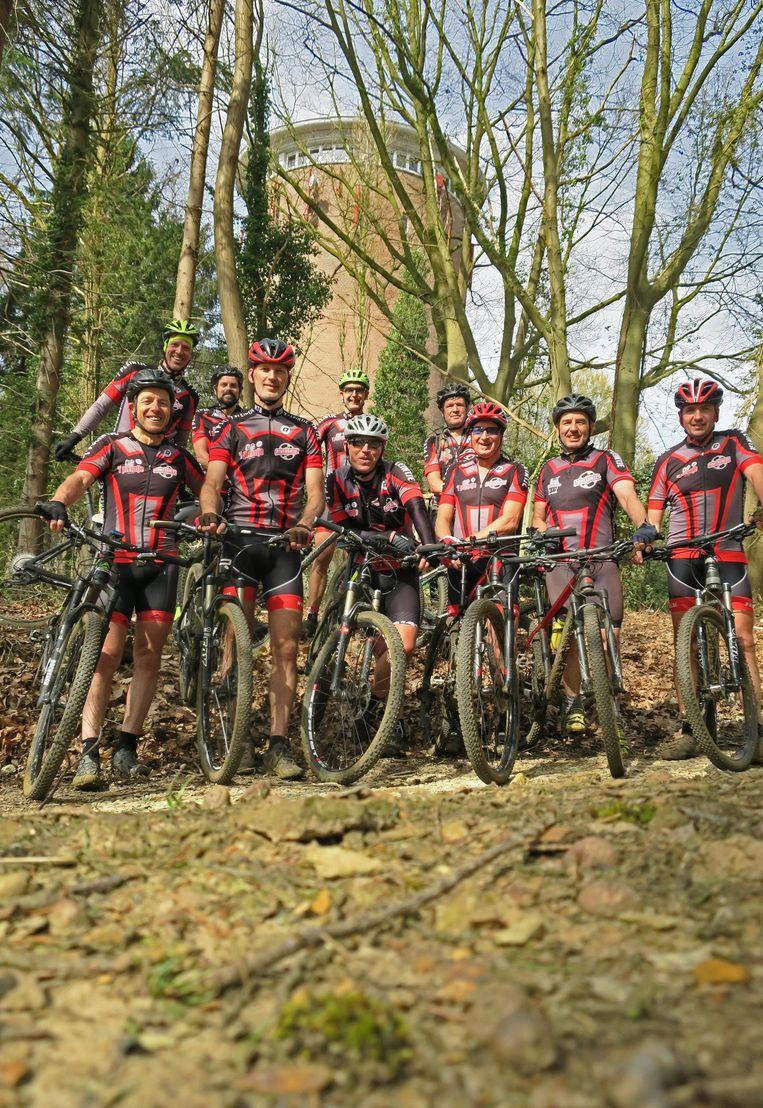 Enkele leden van de Powerbikers in het Bergbos.