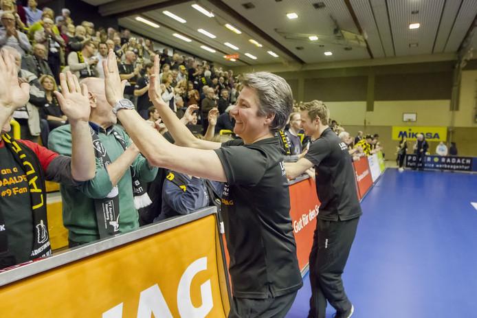 11-02-2017: Volleybal: Ladies in Black Aachen v Kopenicker SC Berlin: AkenFrauen im Black Aachen - Kopernicker SC Berlin.Speciale aandacht voor de Nederlandse coach van Aachen, Saskia van Hintum die hier het publiek bedankt voor hun support en de winst vieren.