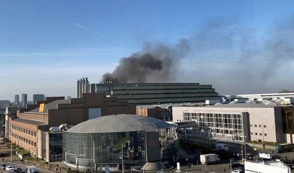 Een dikke zwarte rookpluim was van ver in de omgeving te zien.
