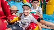 Kinderen ontdekken springkastelendorp