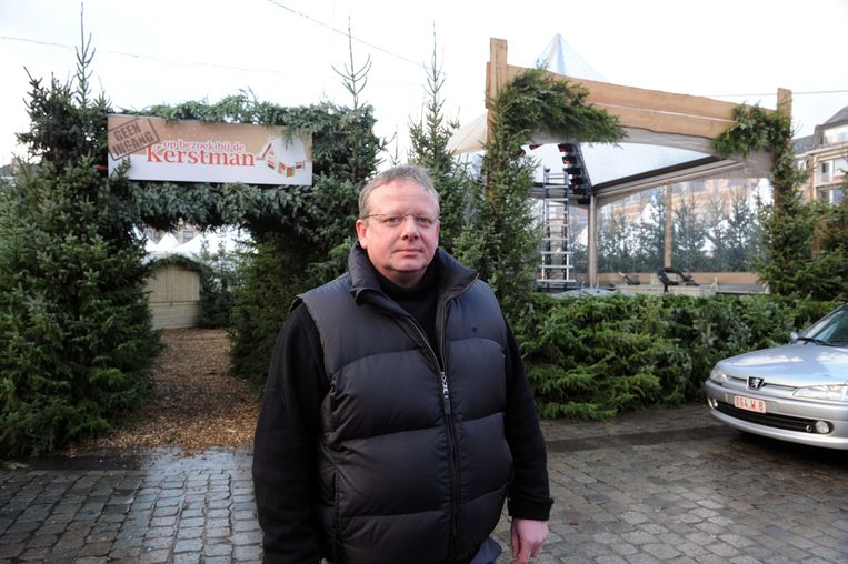 Organisator Dirk Pinte introduceert een nieuw veiligheidssysteem op de Leuvense Kerstmarkt.