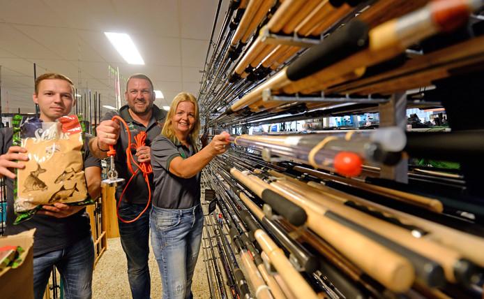 Geertjan Vos en echtgenoot Carla Masseling met medewerker Patrick Letteboer (links) in hun hengelsportzaak in Almelo.