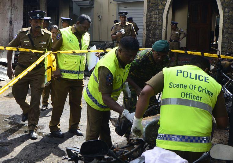 Hulpverleners helpen slachtoffers bij de Zion kerk, een van de getroffen kerken.  Beeld AFP