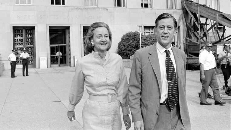Hoofdredacteur Ben Bradlee en uitgever Katharine Graham verlaten het U.S. Supreme Court in Washington. Beeld ap