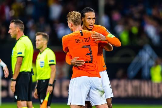 Virgil van Dijk en Matthijs de Ligt na de gewonnen wedstrijd tegen Duitsland.
