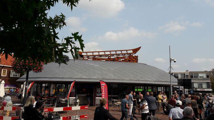 Het kunstwerk op het vispaviljoen dat in de volksmond 'de ufo' wordt genoemd.